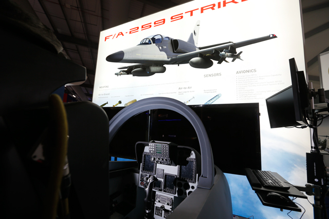 Стенд с демонстрацией проекта легкого боевого самолета Aero Vodochody F/A-259 на авиасалоне в Фарнборо (Великобритания), 16.07.2018.