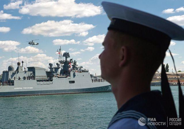 Сторожевой корабль Адмирал Григорович входит в Севастопольскую бухту. Архивное фото