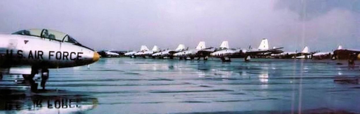 Ранний американский парад во Вьетнаме - стоянка бомбардировщиков Martin В-57В Canberra 8-й и 13-й бомбардировочных эскадрилий ВВС США на авиабазе Бьенхоа близ Сайгона, август 1964 года.