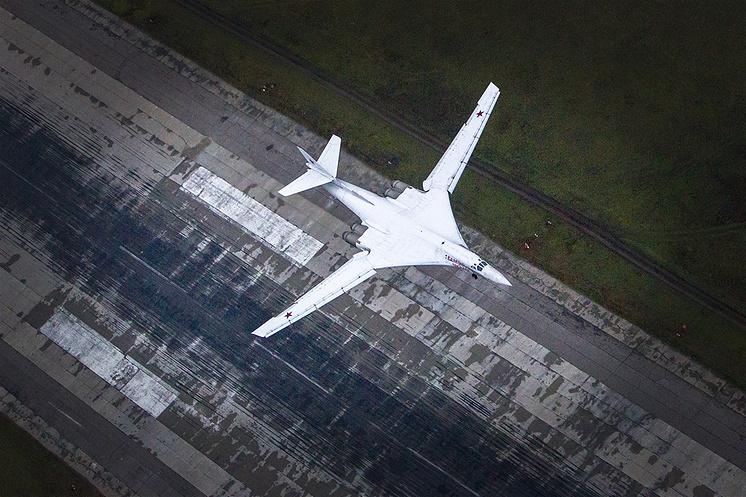 Стратегический бомбардировщик-ракетоносец Ту-160.
