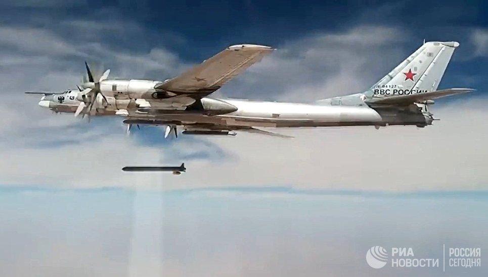 Стратегический бомбардировщик-ракетоносец Ту-95МС наносит удары крылатыми ракетами Х-101 по объектам террористов в Сирии. 26 сентября 2017.