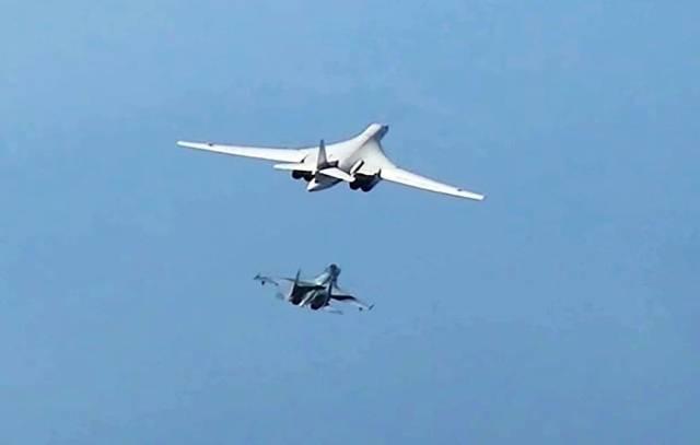 Стратегический ракетоносец Ту-160 ВКС РФ и Су-35 ВКС РФ (слева направо)
