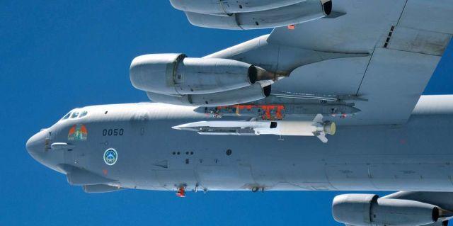 Стратегический бомбардировщик B-52 Stratofortress с гиперзвуковой крылатой ракетой X-51A