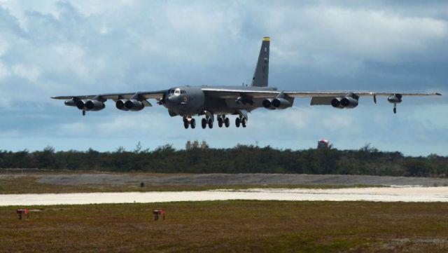 Стратегический бомбардировщик B-52H во время посадки