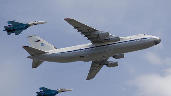 """Стратегический военно-транспортный самолет Ан-124 """"Руслан"""" в сопровождении двух истребителей Су-27"""