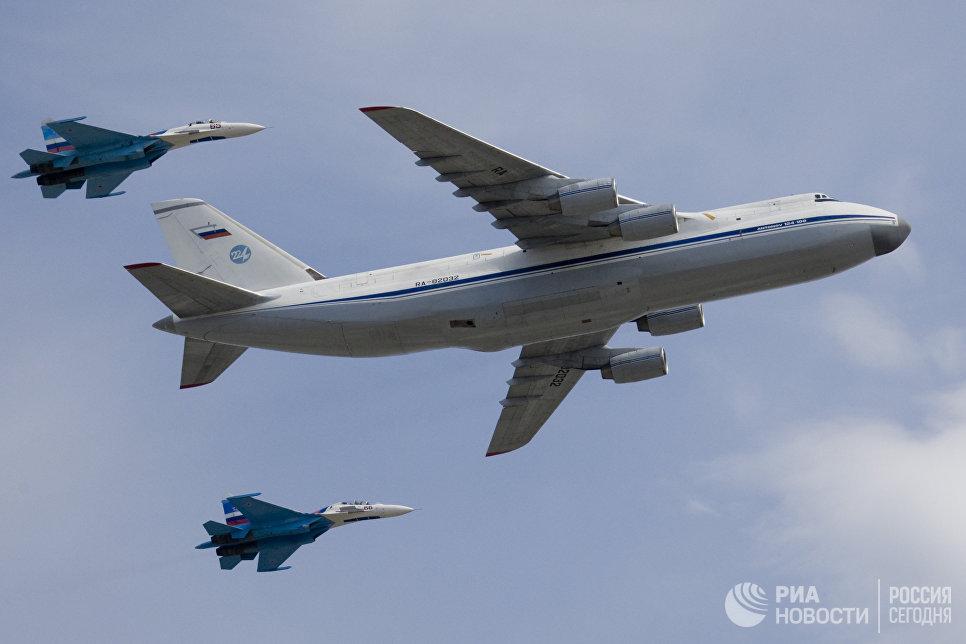 Стратегический военно-транспортный самолет Ан-124 Руслан в сопровождении двух истребителей Су-27. Архивное фото.