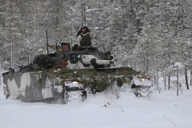 """Боевая машина пехоты Strf 4090 (CV90) шведской армии на учениях """"Vintersol-16""""; полигон Боден, февраль 2016 года."""