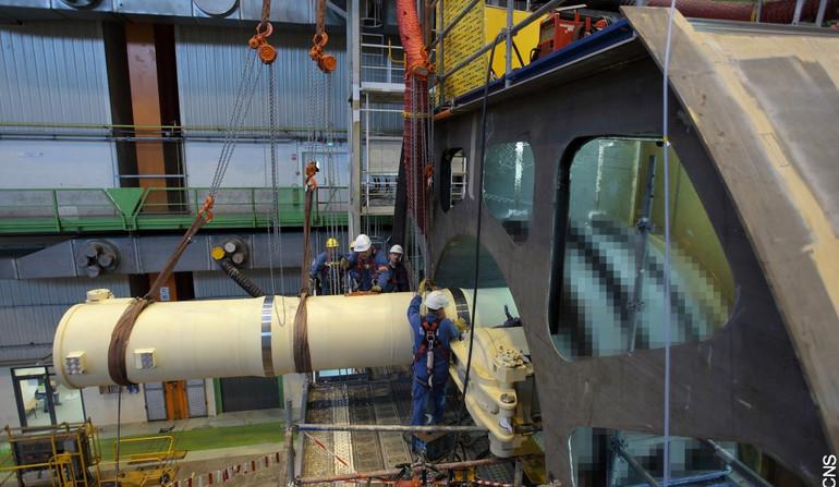 Строительство головной французской атомной многоцелевой подводной лодки Suffren типа Barracuda в цехе арсенала судостроительного объединения DCNS (ныне Naval Group) в Шербуре.