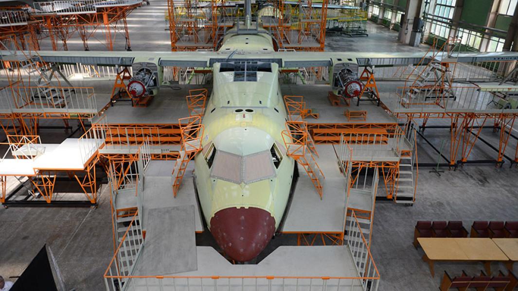 Строительство самолета Ил-112 в цехе окончательной сборки авиазавода в Воронеже.