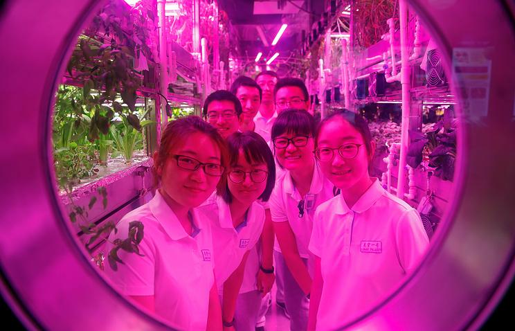 Студенты из Китая в копии лунного модуля, Пекин, 9 июля.