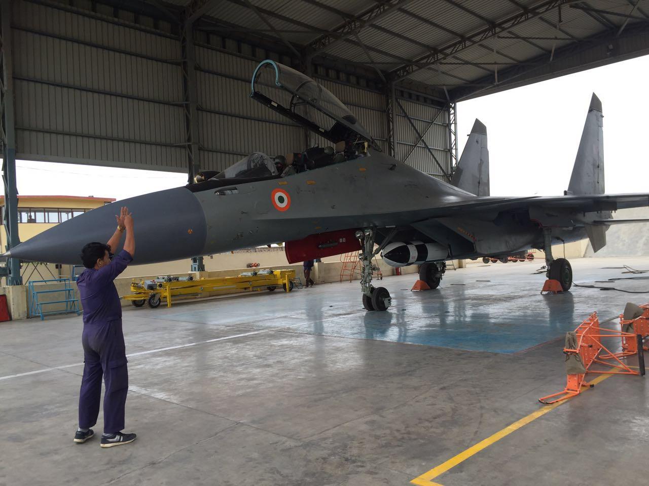 Истребитель Су-30МКИ ВВС Индии перед демонстрационным полетом с авиационным вариантом сверхзвуковой ракеты BrahMos. Насик, 25.06.2016.