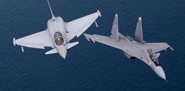 Истребители Су-30МКИ и Eurofighter EF2000 Typhoon.
