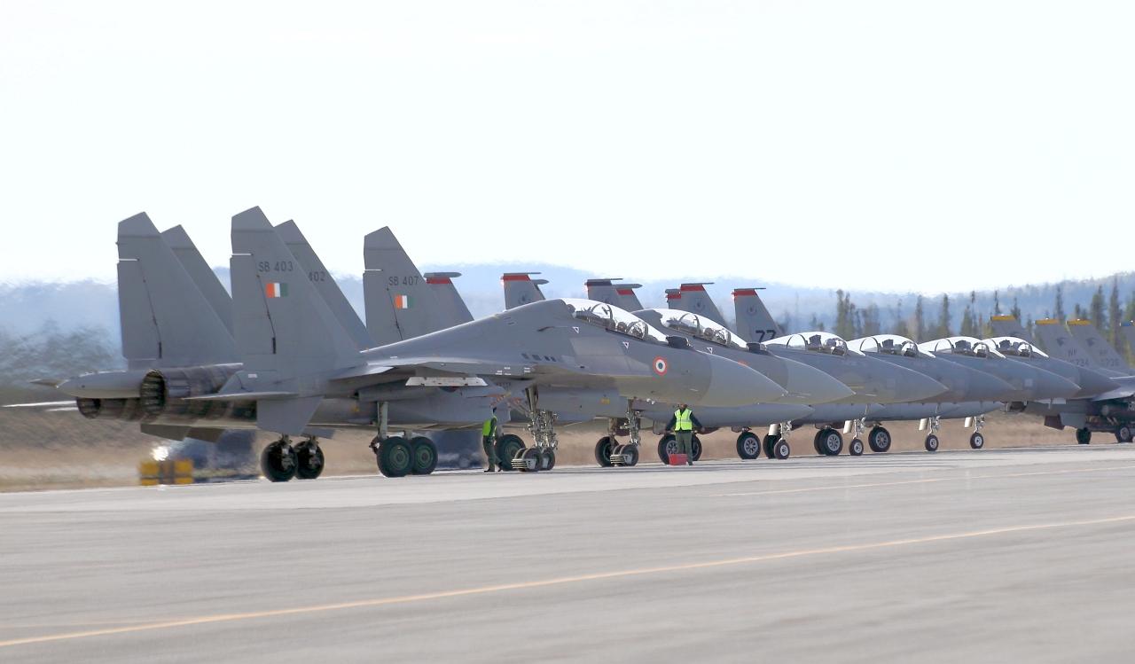 Истребители Су-30МКИ ВВС Индии и Boeing F-15C ВВС США, учения Red Flag Alaska. Судя по бортовым номерам (SB 400-й серии), Су-30МКИ относятся к машинам последних выпусков. Авиабаза Эйлсон, Аляска.