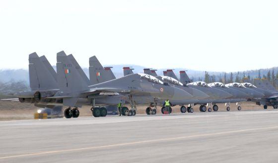 Истребители Су-30МКИ и Boeing F-15C
