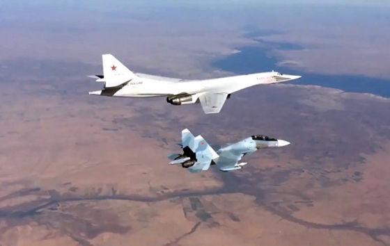 Истребитель Су-30СМ и бомбардировщик-ракетоносец Ту-160