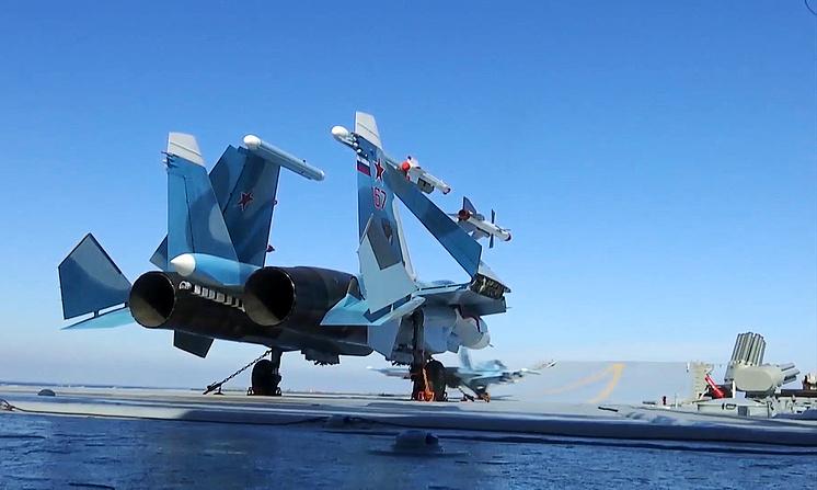 Истребитель Су-33 во время боевого вылета с палубы тяжелого авианесущего крейсера &quot;Адмирал Кузнецов&quot;<br><br>©.