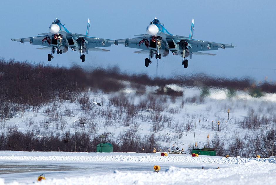 Истребители Су-33 279-го отдельного корабельного истребительного авиаполка морской авиации Северного флота приземляются на аэродром «Североморск-3».