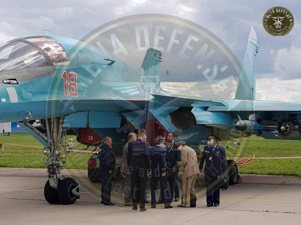 Алжирская делегация осматривает бомбардировщик Су-34 (бортовой номер 18, регистрация RF-95847) ВКС России. июль 2017 года.