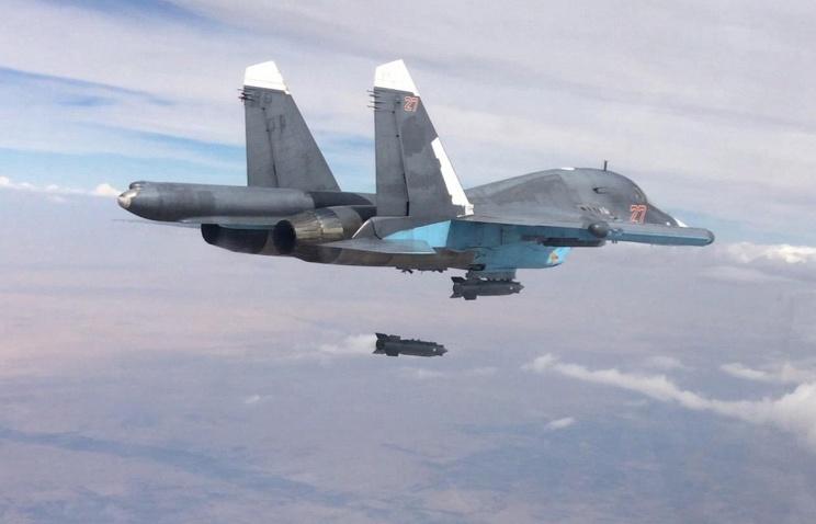 Бомбардировщик Су-34 наносит удар по позициям ИГИЛ в Сирии.