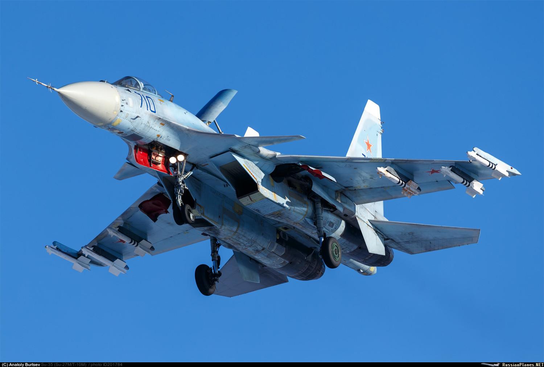 """Используемый в качестве опытного самолета истребитель Су-35 """"первый"""" (Т10М-10, серийный номер 11002, бортовой номер """"710 синий""""). Жуковский, ноябрь 2016 года."""