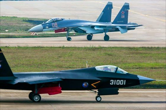 Истребители Су-35 и J-31