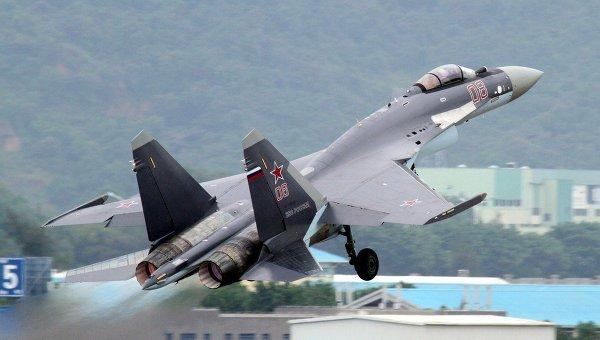 Российский истребитель Су-35 во время выступления на авиасалоне в Чжухае, Китай.