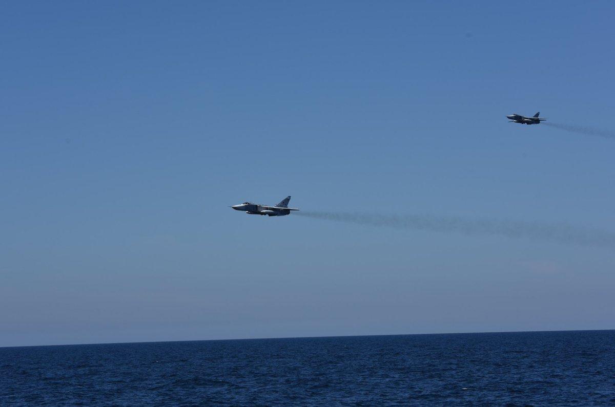 Пара фронтовых бомбардировщиков Су-24М Морской авиации ВМФ России производит облет фрегата ВМС Нидерландов F 805 Evertsen. Балтийское море, 16.05.2017.