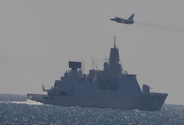 Фронтовой бомбардировщик Су-24М Морской авиации ВМФ России проходит рядом с фрегатом ВМС Нидерландов F 805 Evertsen. Балтийское море, 16.05.2017.