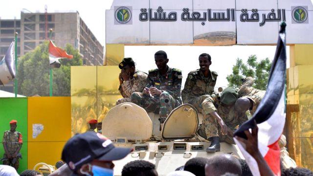 Суданские военные бронетранспортере возле Министерства обороны Судана в Хартуме