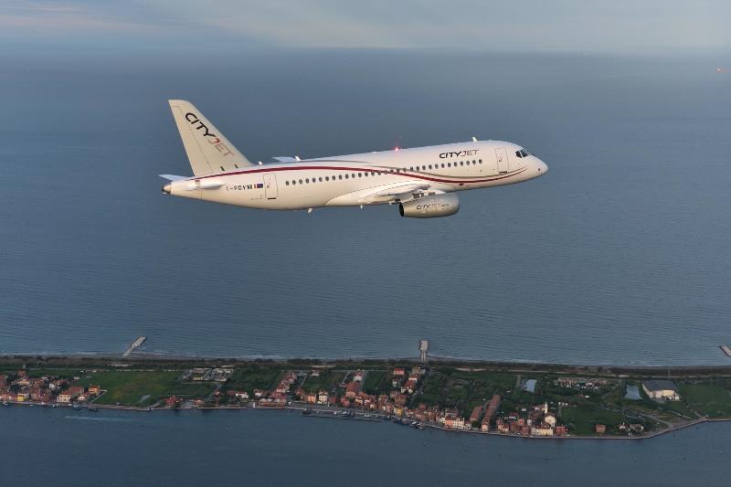 Пассажирский самолет Sukhoi Superjet 100 ирландской авиакомпании CityJet.