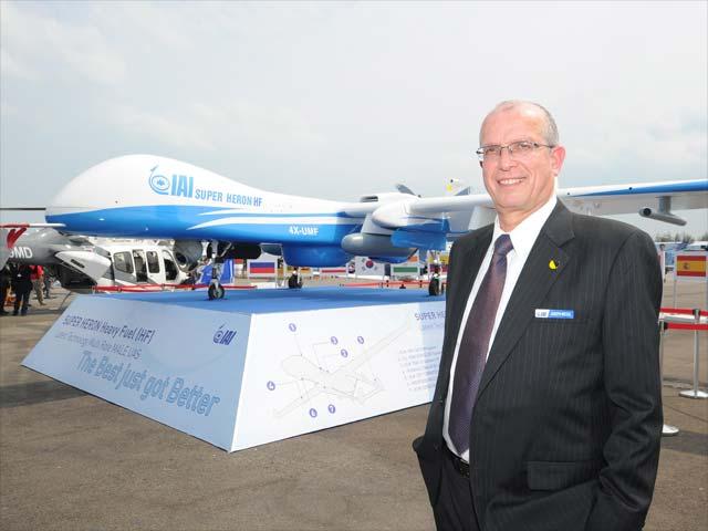 Президент и исполнительный директор IAI Йосеф Вайс на авиасалоне в Сингапуре.