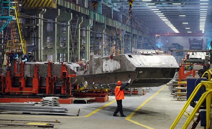 """Сварка корпуса бронетранспортера БТР-МДМ """"Ракушка"""" в цехе Курганского машиностроительного завода."""
