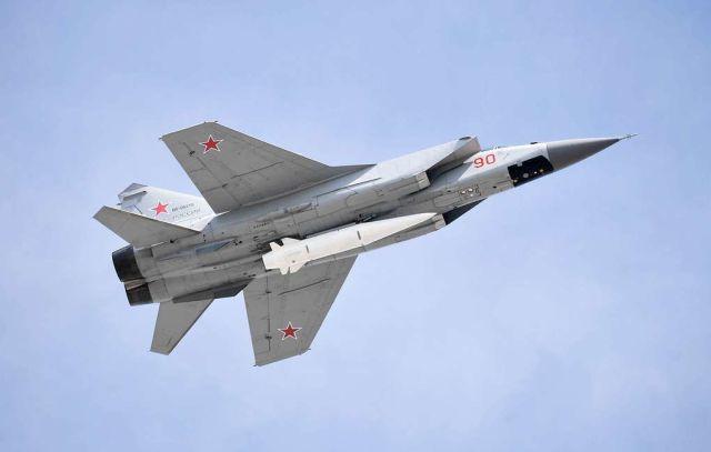 """Сверхзвуковой истребитель-перехватчик МиГ-31К с ракетой """"Кинжал"""""""