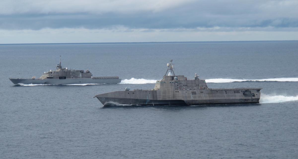 USS Independence (LCS-2, передний план) и USS Freedom (LCS-1).