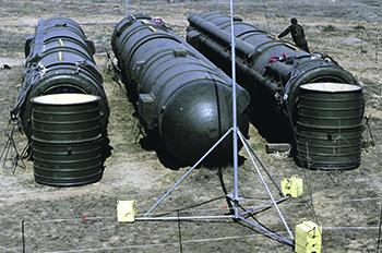 Связка из трех ракет РСД-10, подготовленных к уничтожению. Испытательный полигон Капустин Яр. Фото РИА Новости