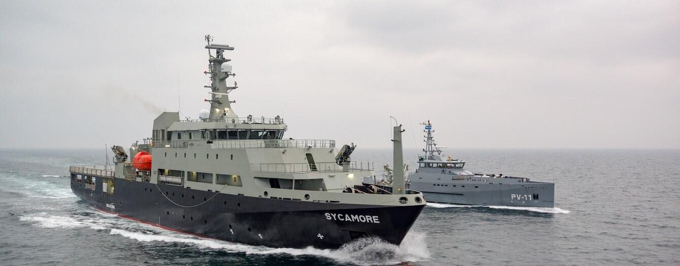 Построенный группой Damen Shipyards Group для министерства обороны Австралии многоцелевой авианесущий учебный корабль (Multi-role Aviation Training Vessel - MATV) Sycamore на испытаниях в сопровождении также построенного на верфи Damen Song Cam Shipyard для ВМС Венесуэлы головного малого патрульного корабля PV-11 проекта Damen Stan Patrol 5009.