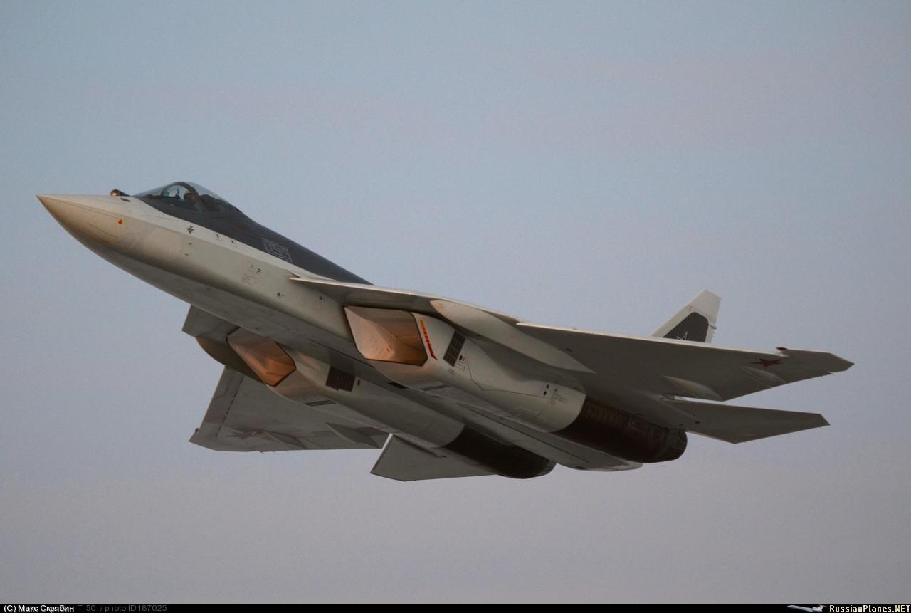 """Восстановленный в 2015 году пятый летный опытный образец истребителя пятого поколения ПАК ФА - самолет Т-50-5Р (бортовой номер """"055"""")."""