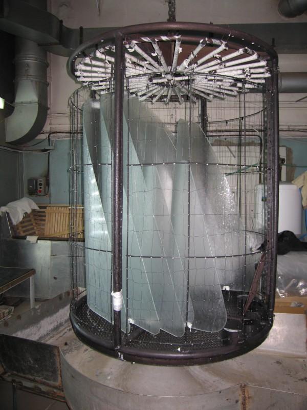 Заготовки лобового стекла Т-50 в кассете для упрочнения.