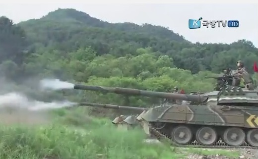 Основные боевые танки Т-80У армии Южной Кореи на учениях