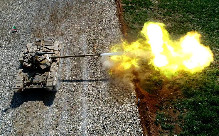 """Экипаж команды из Индии на танке Т-90С во время международного конкурса """"Танковый биатлон""""."""