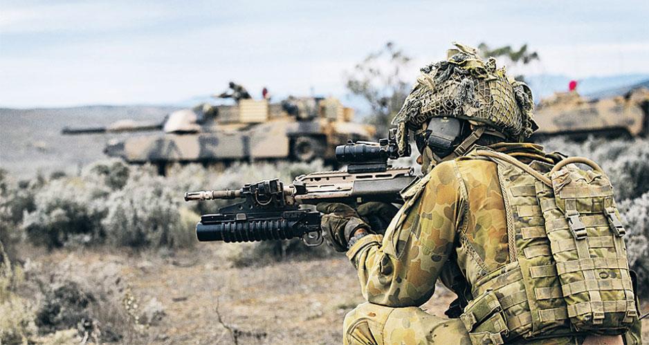 Танк M1 Abrams Tank и военнослужащий ВС Австралии.