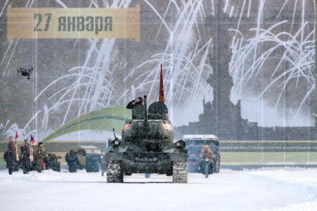 Танк Т-34-85 во время генеральной репетиции парада в честь 75-летия снятия блокады Ленинграда на Дворцовой площади в Санкт-Петербурге.