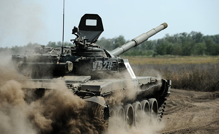 """Танк Т-72 Б1 150-й мотострелковой дивизии во время учебных стрельб на полигоне """"Кадамовский""""."""
