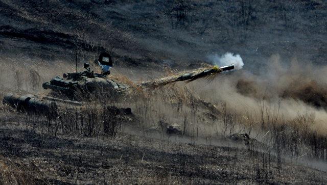 Танк Т-72 ведет огонь во время двухсторонних учений на полигоне Клерк в Приморском крае. Архивное фото.