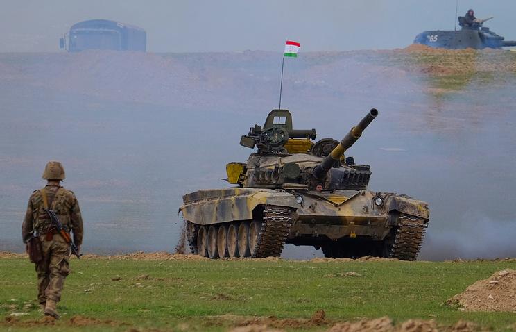 Танк Т-72 во время совместных учений Вооруженных сил РФ и Республики Таджикистан на полигоне Харб-Майдон, март 2017 года.
