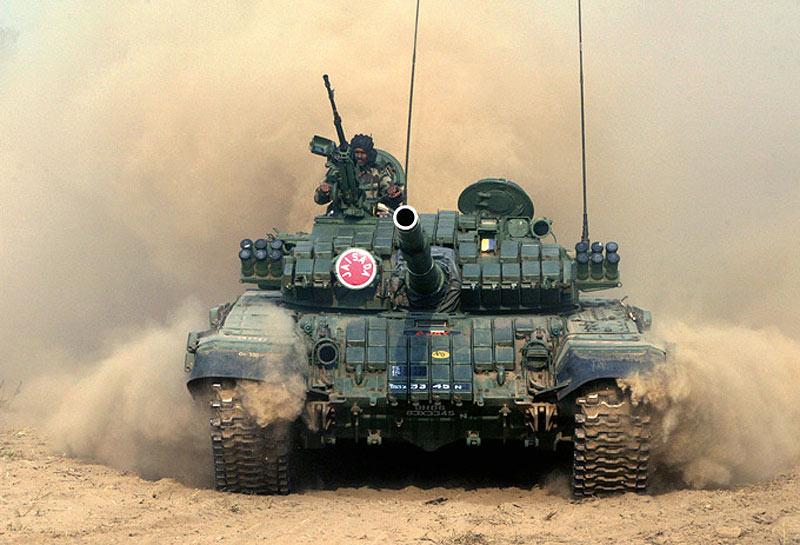 Оснащенный дополнительной динамической защитой танк Т-72М1 армии Индии.