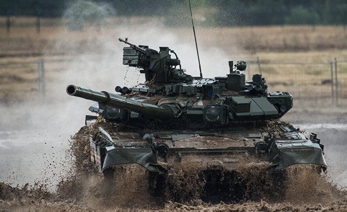 Танк Т-90 участвует в специализированном показе.