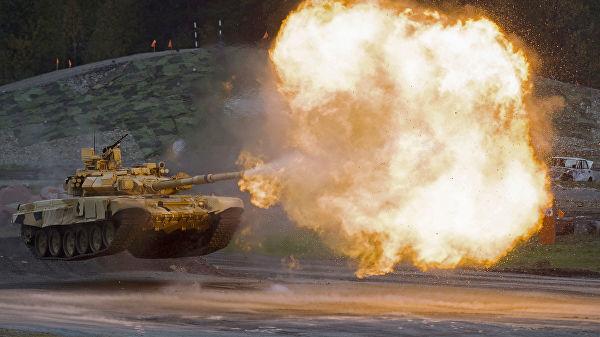Танк Т-90А во время демонстрационных стрельб