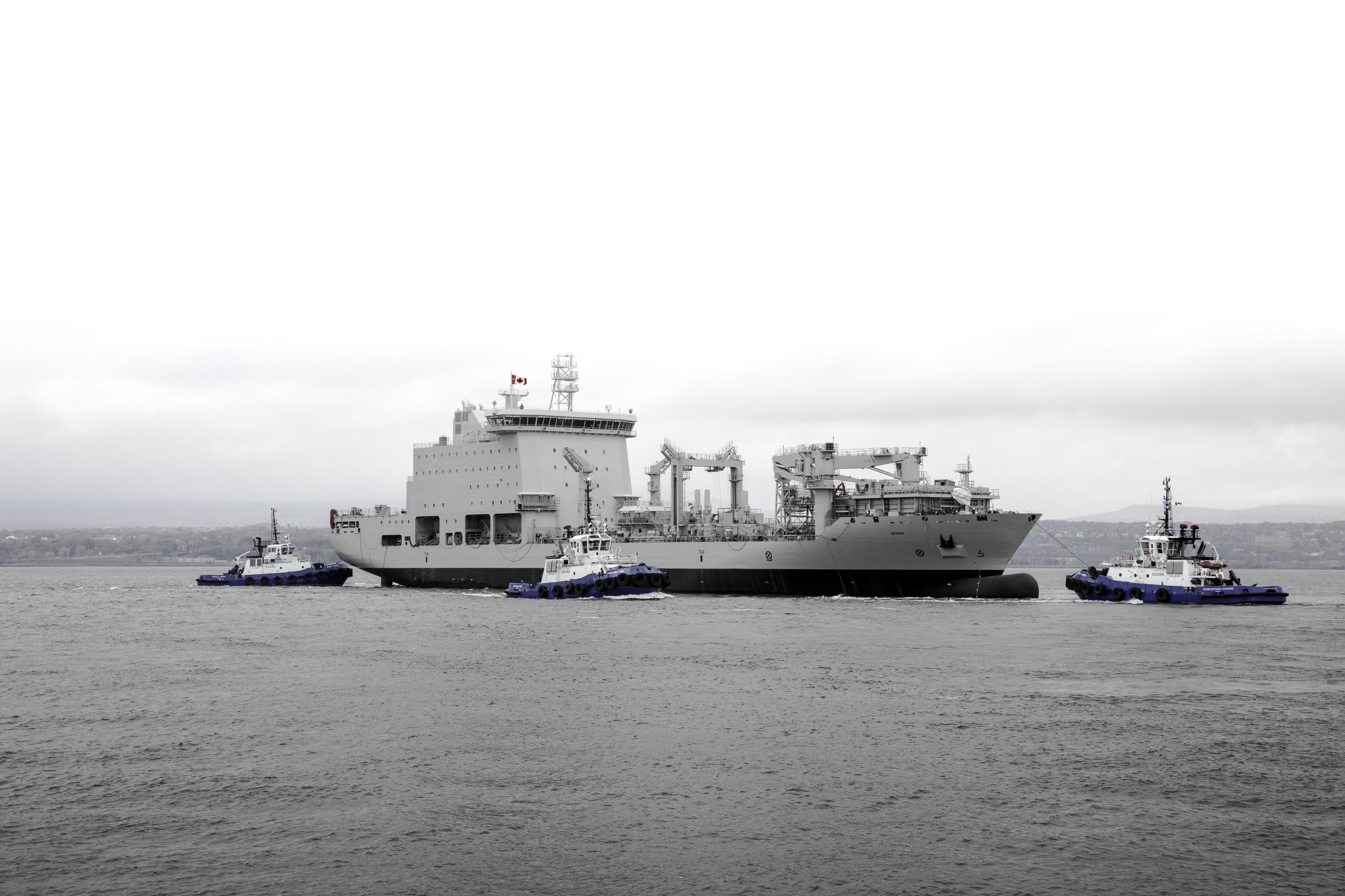 Перестроенный на канадском судостроительном предприятии Davie Shipbuilding для ВМС Канады из коммерческого контейнеровоза танкер комплексного снабжения Asterix. 16.10.2017.