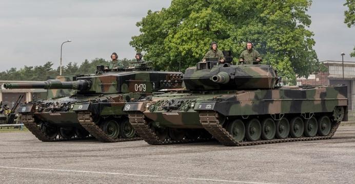Танки Leopard 2A4 (слева) и Leopard 2A5 (справа).